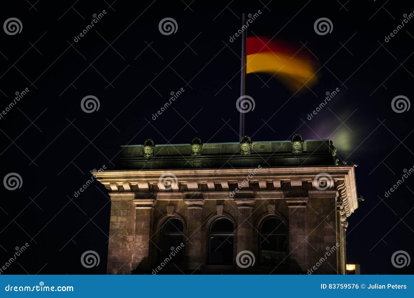 德国旗子在Reichstag大厦的晚上在柏林,德国