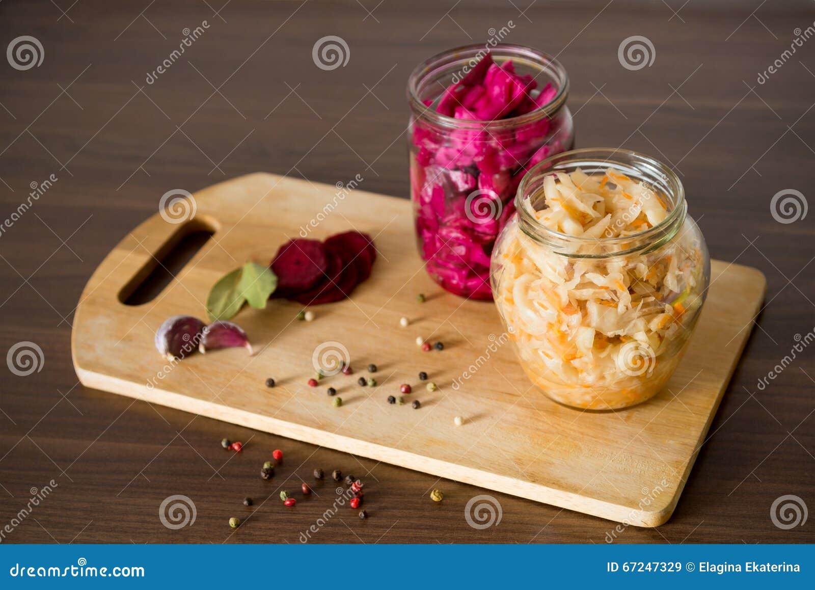 德国泡菜用甜菜和香料在一个玻璃瓶子在木backgr