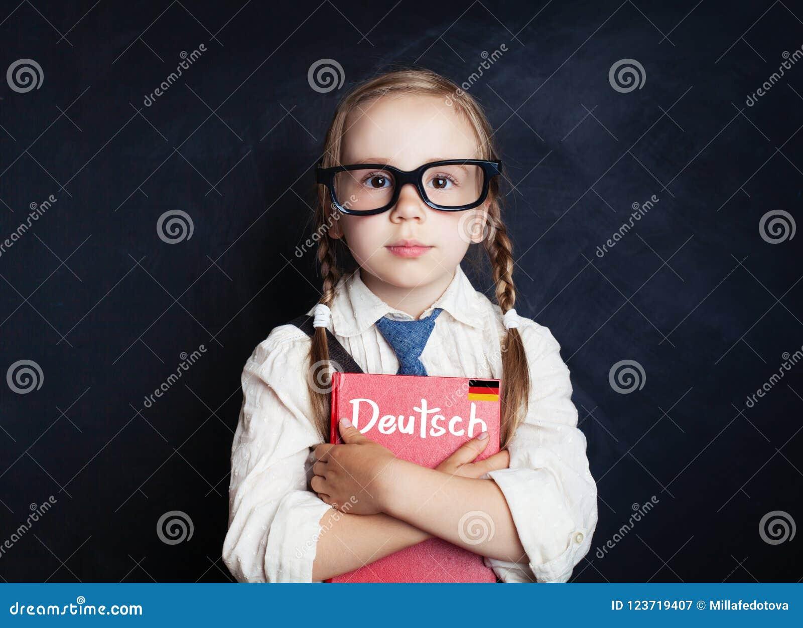 德语概念 逗人喜爱的孩子女小学生在教室