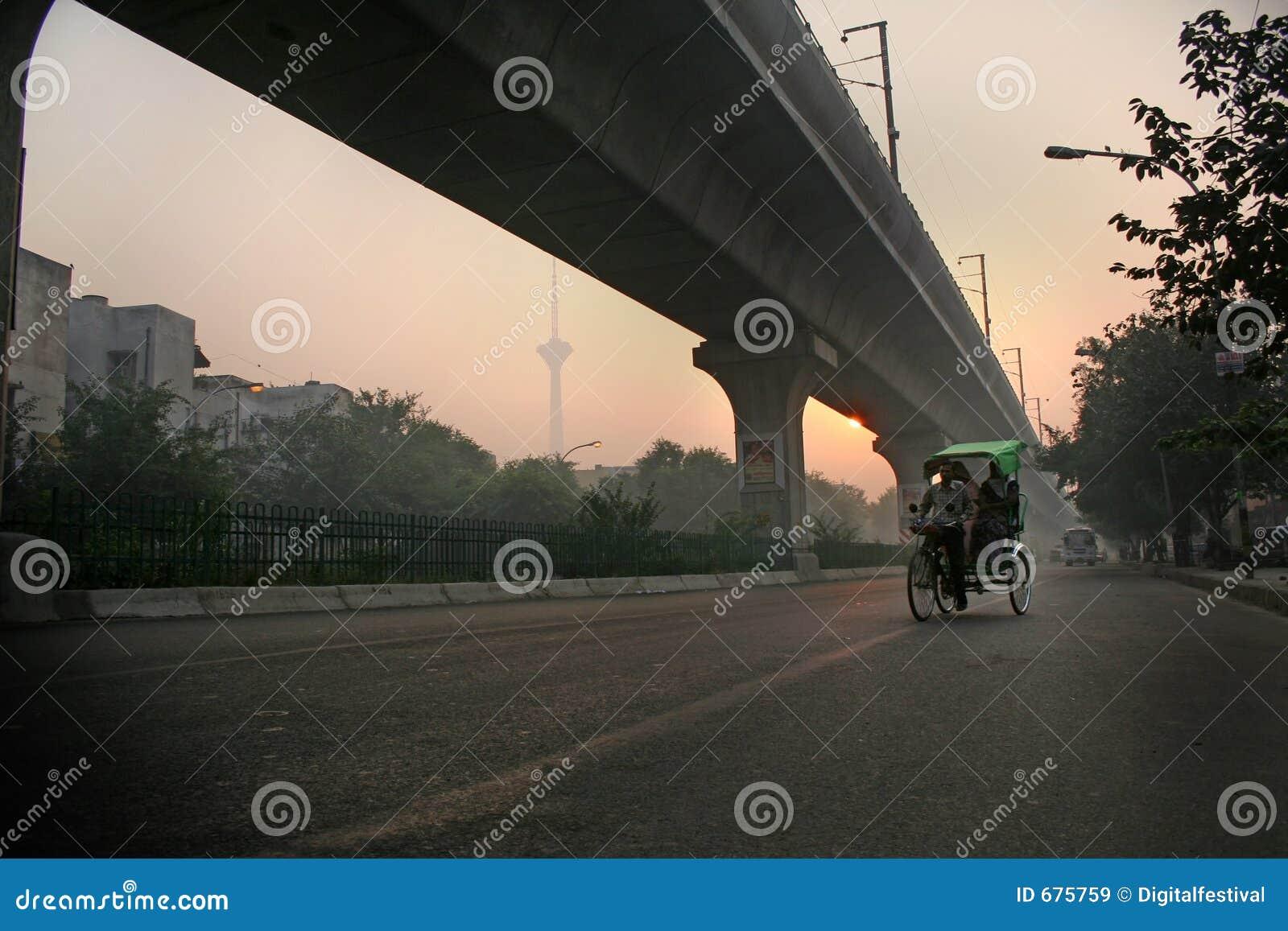 德里有薄雾的早晨新的pedicab人力车日出