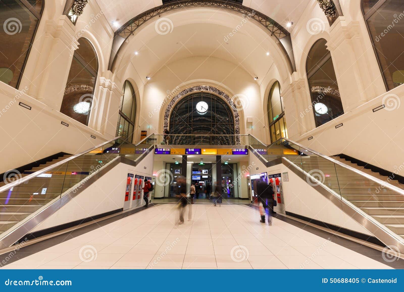 Download 德累斯顿中央驻地 编辑类图片. 图片 包括有 德国, 影子, 楼梯, 内部, 旅途, 社论, 公共, 人们 - 50688405