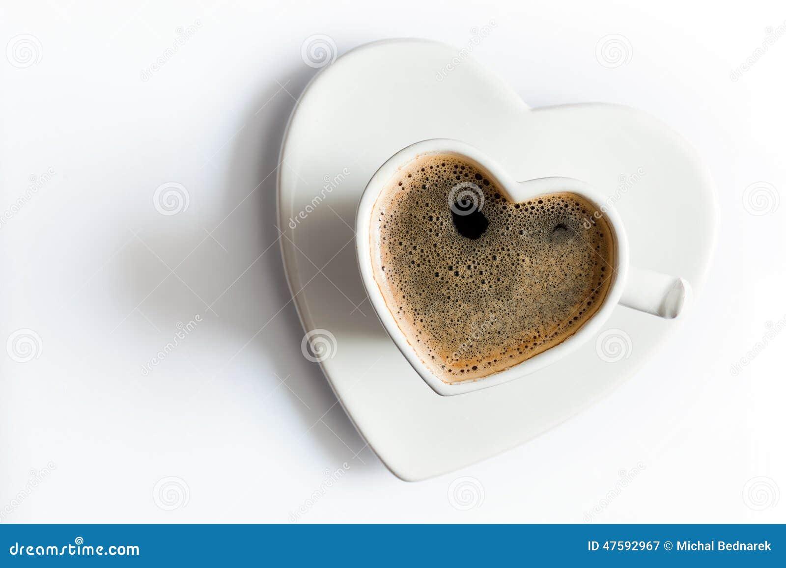 心形的杯子在白色的无奶咖啡 爱