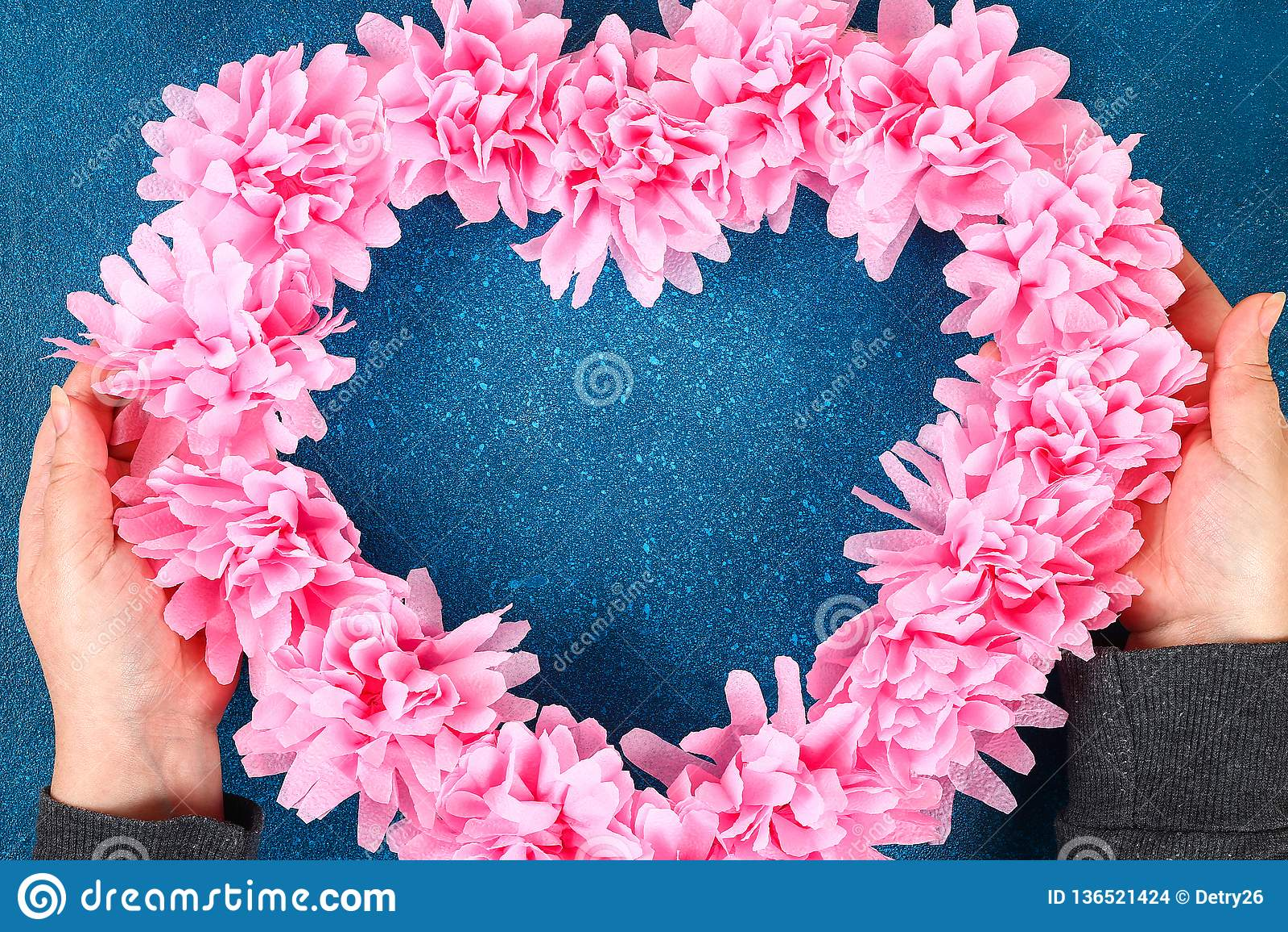 心形的花圈装饰的人造花做了桃红色薄纸餐巾