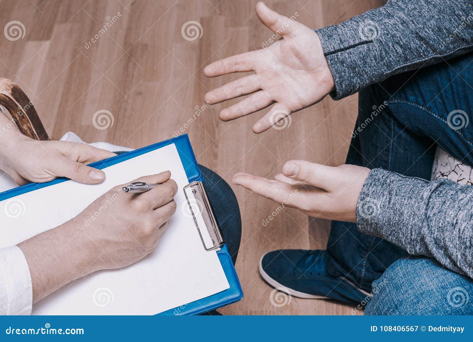 心理学家咨询的概念 医生在精神疗法会议或男性患者忠告诊断精神健康咨询
