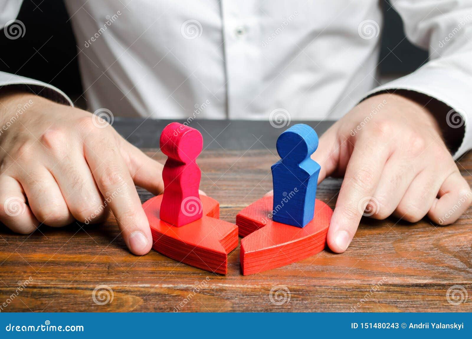 心理学家用站立的男人和的妇女的图连接伤心的两个一半在他们 ??
