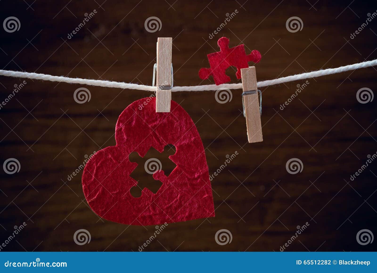 心脏在布料绳索的爱竖锯