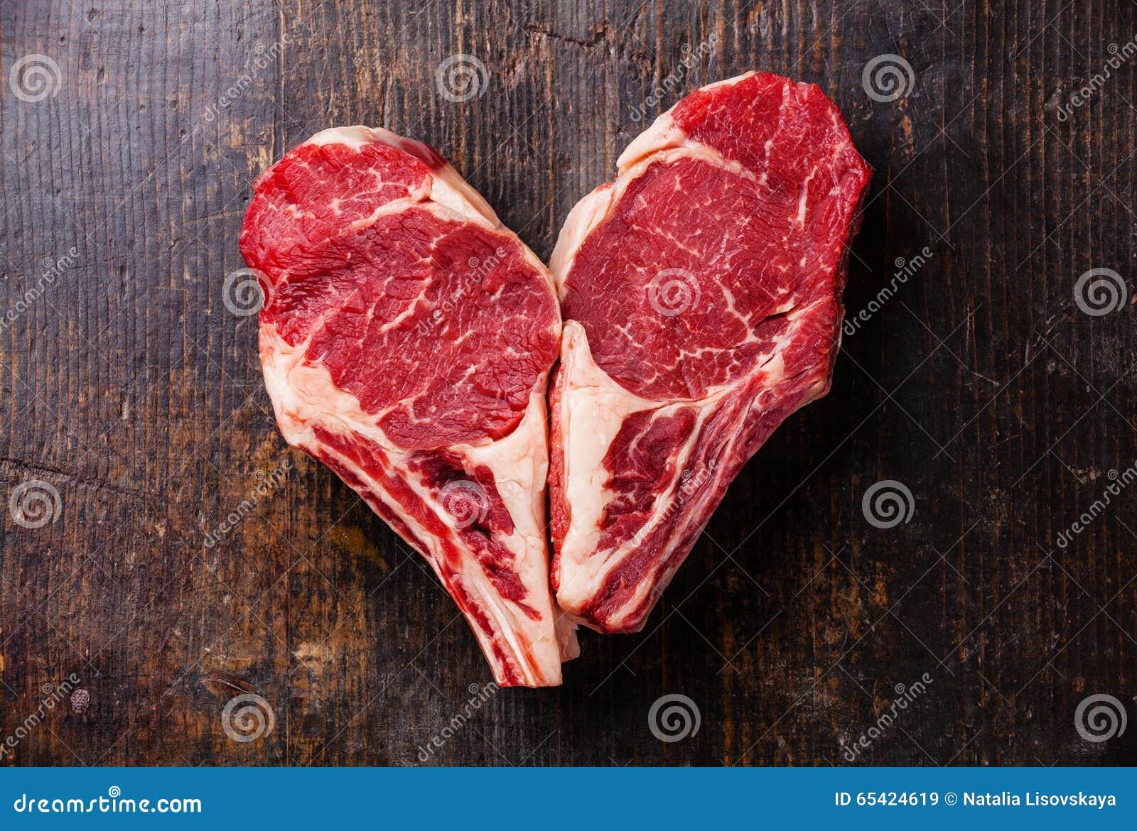 心脏形状在骨头的生肉牛排