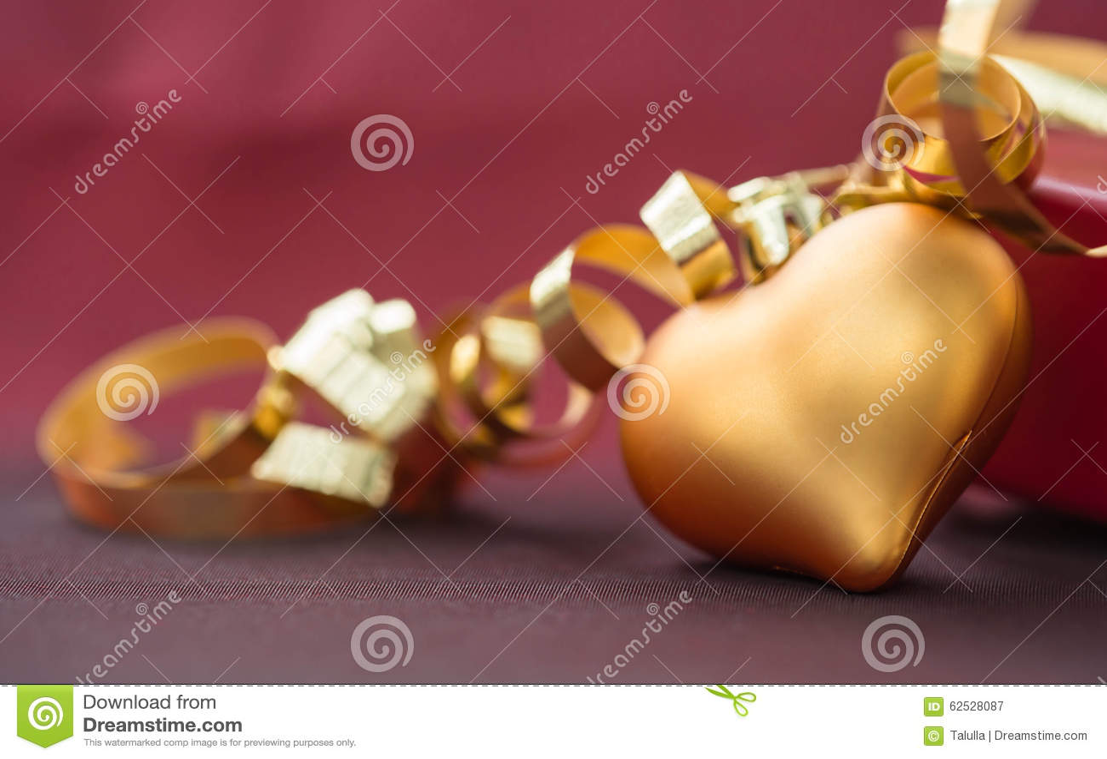 以心脏的形式圣诞节装饰与金黄丝带