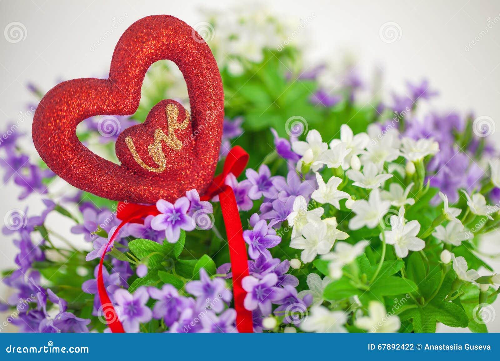心脏,爱的标志在花束小花的