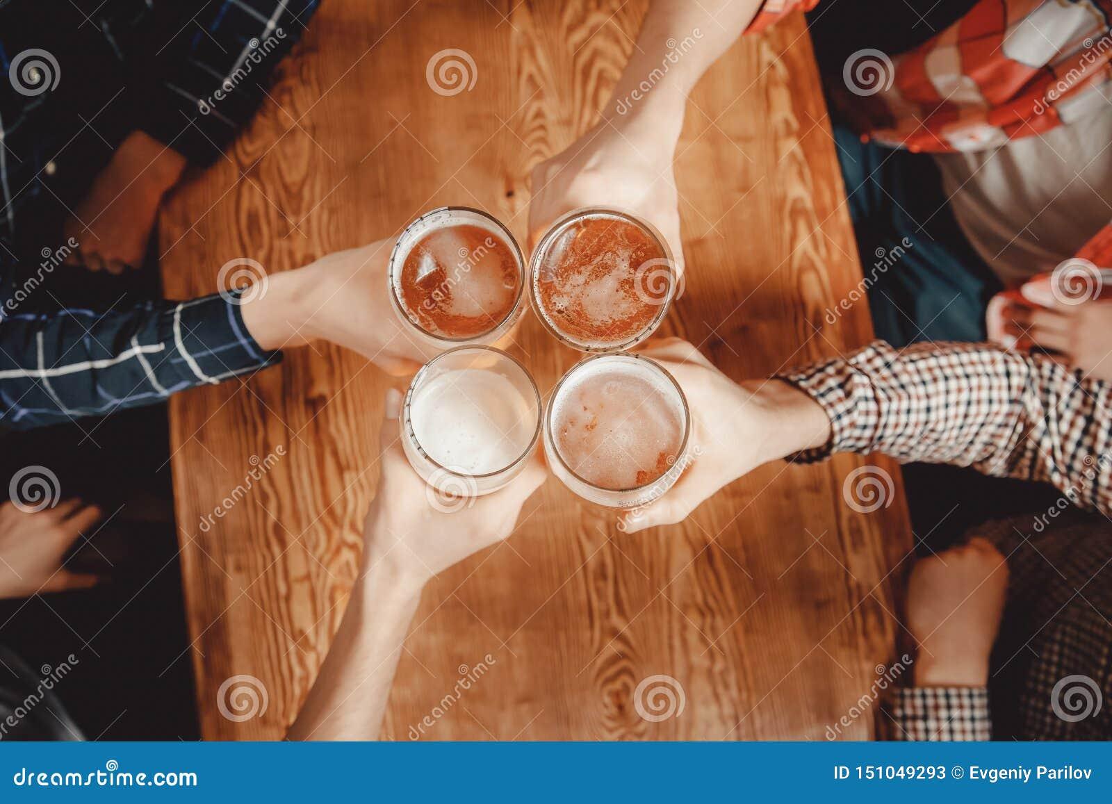 快乐和愉快的老朋友喝桶装啤酒在客栈酒吧叮当声玻璃 r