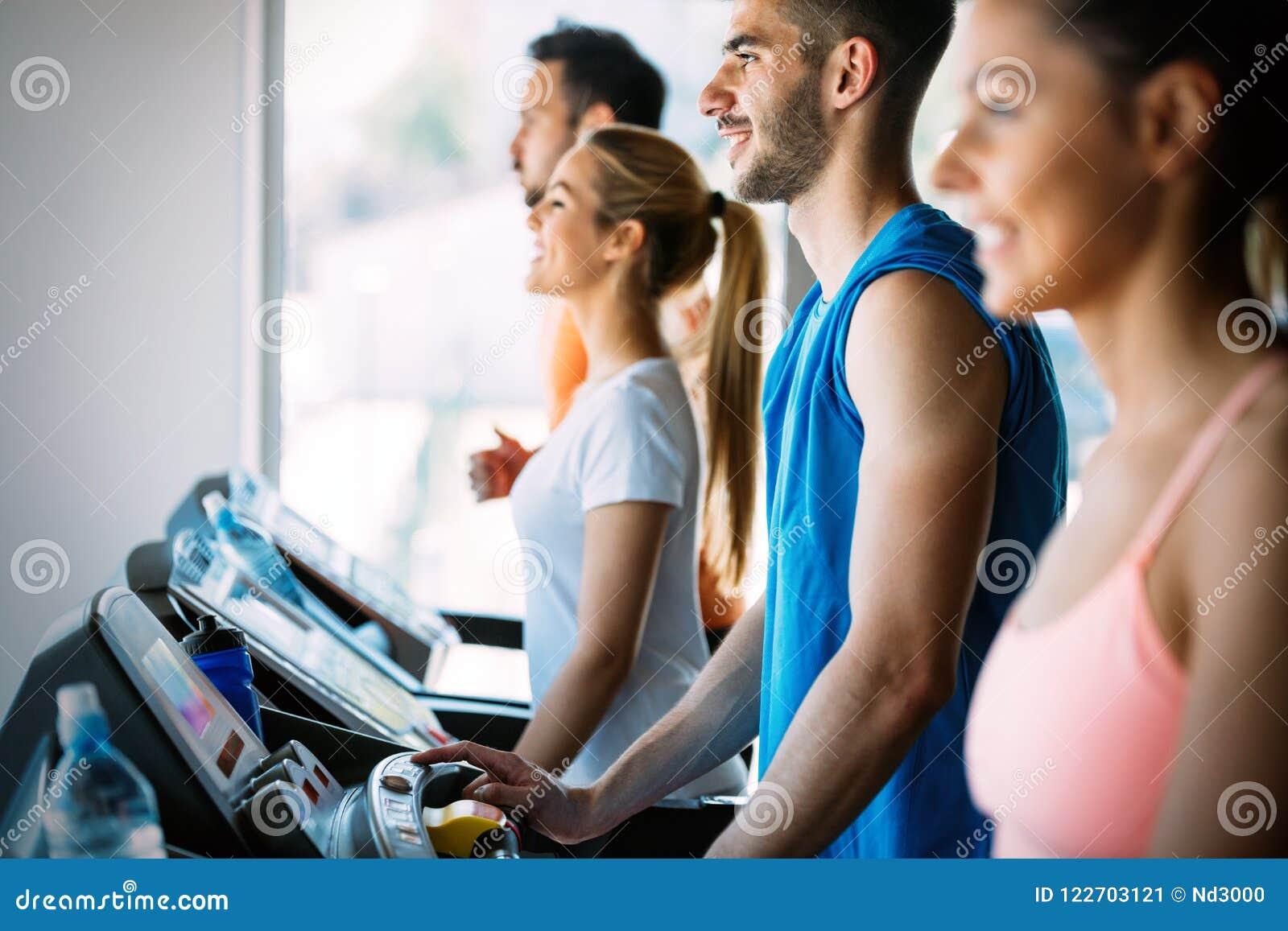 快乐的健身队的图片在健身房的