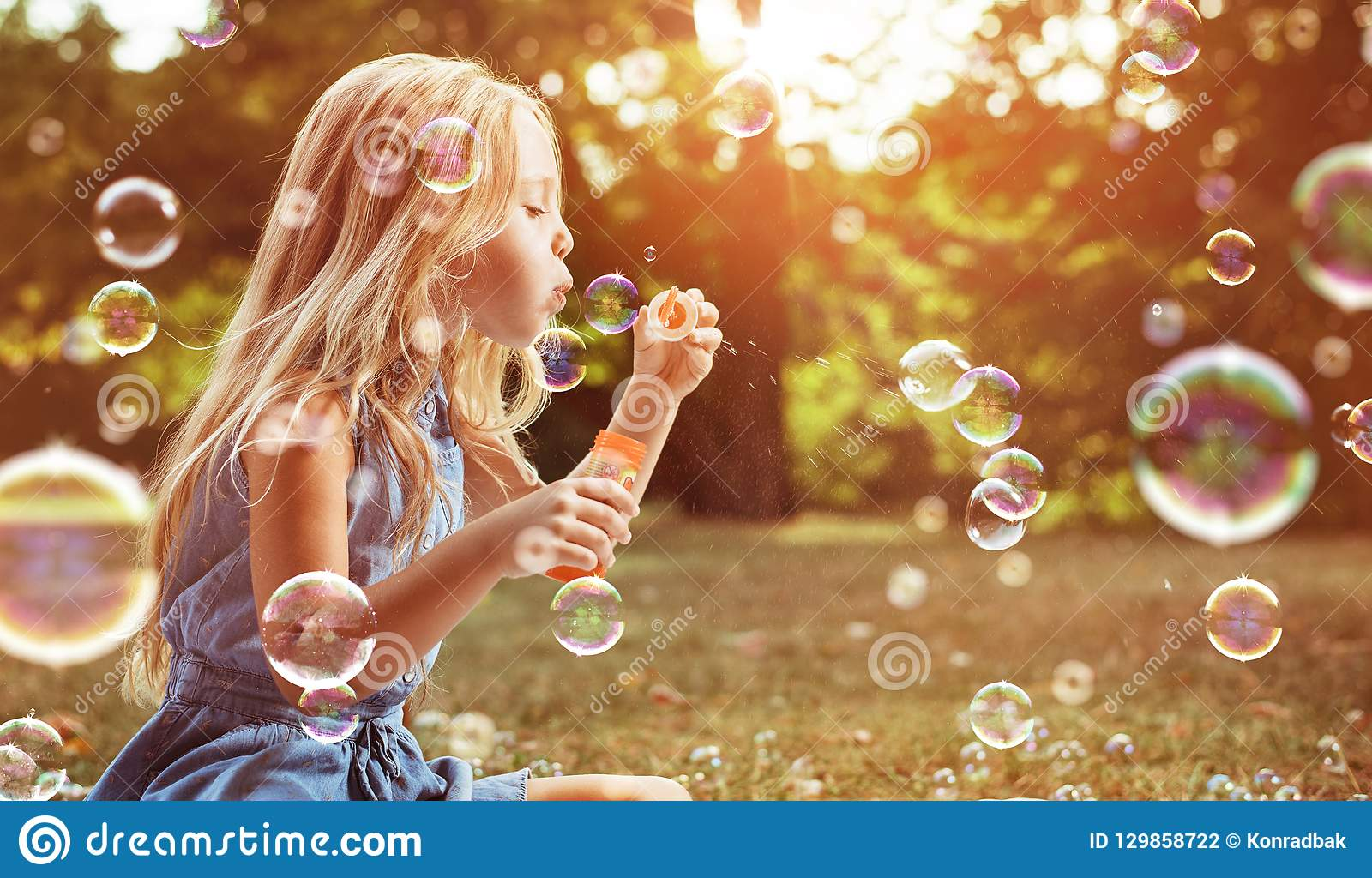 快乐的女孩吹的肥皂泡的画象