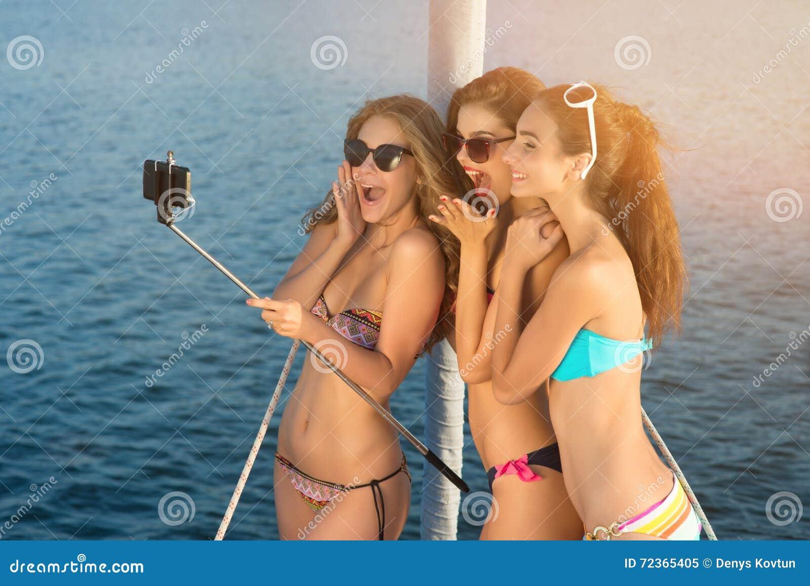 快乐的妇女用selfie棍子