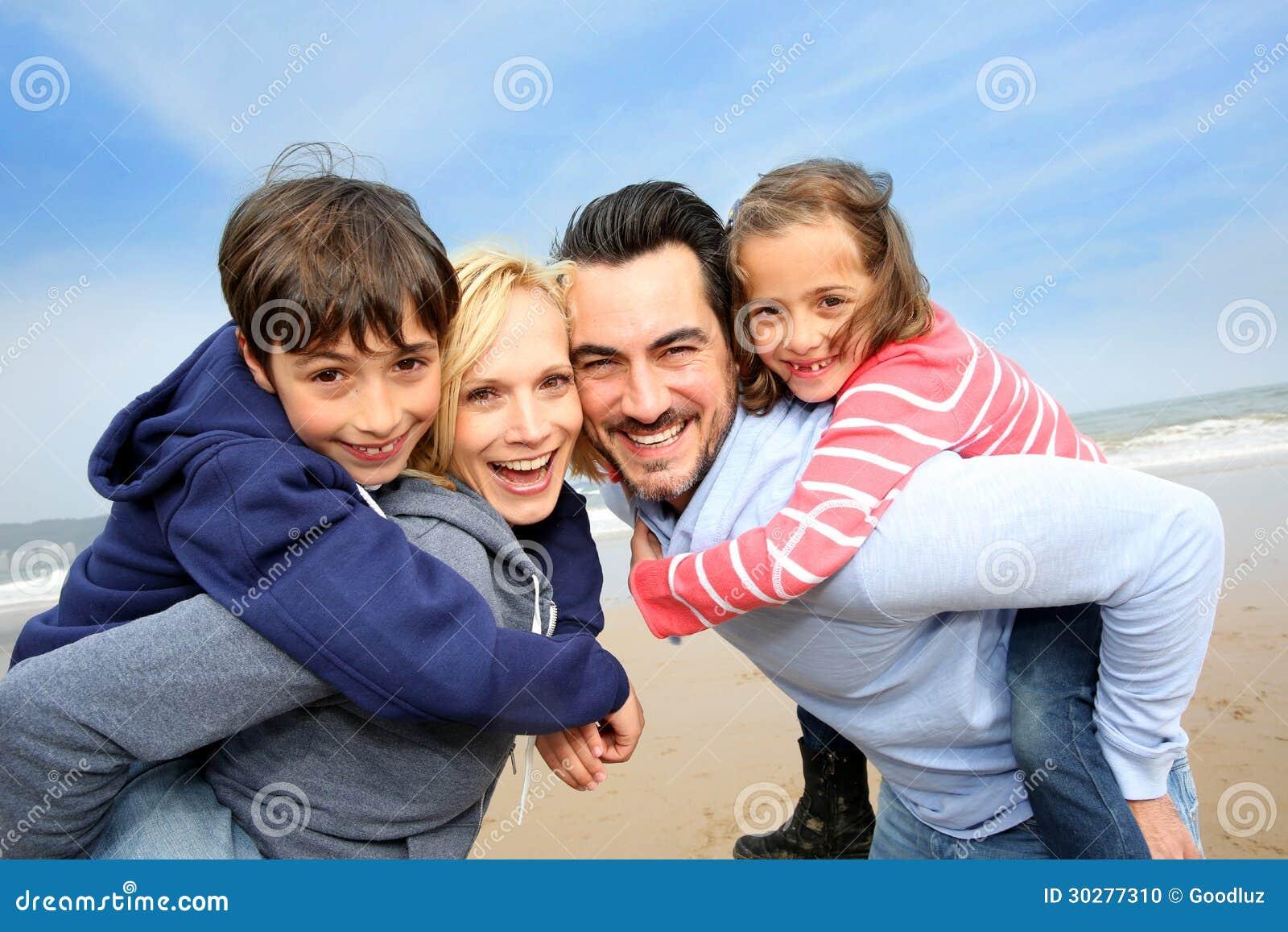 快乐的家庭画象在海滩的