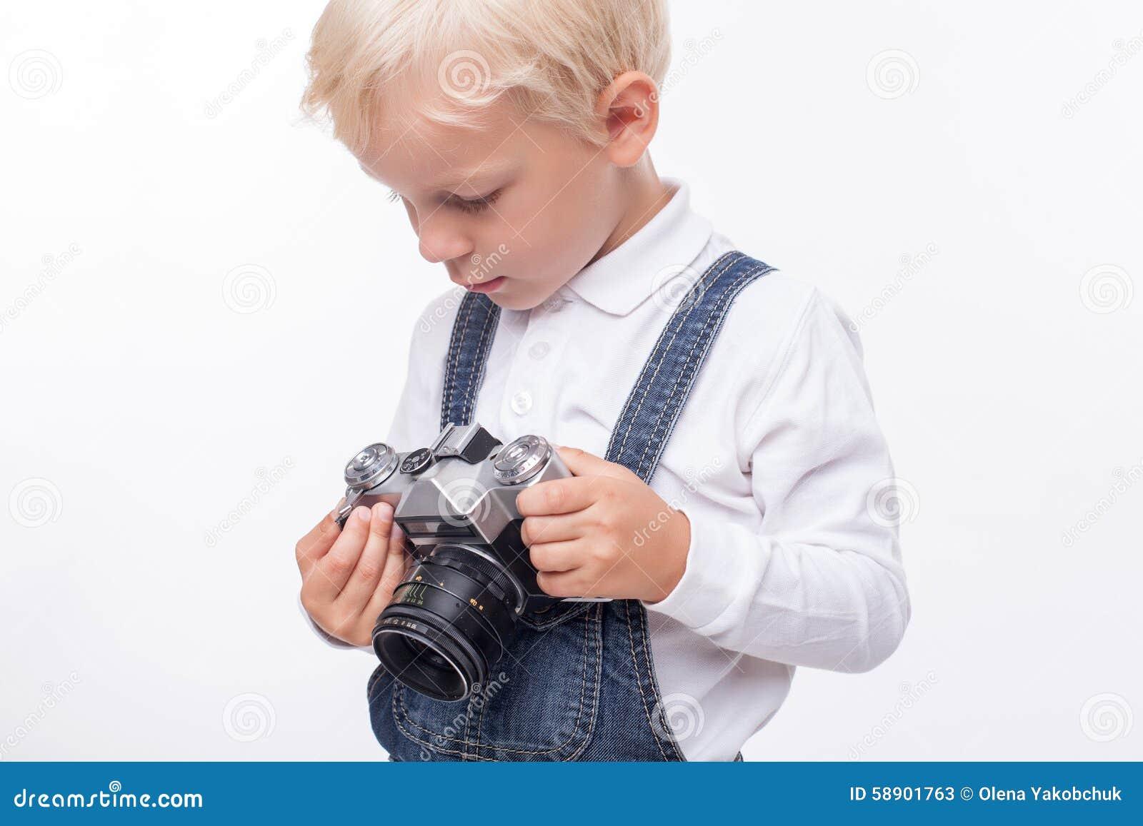快乐的小男孩为做照片做准备