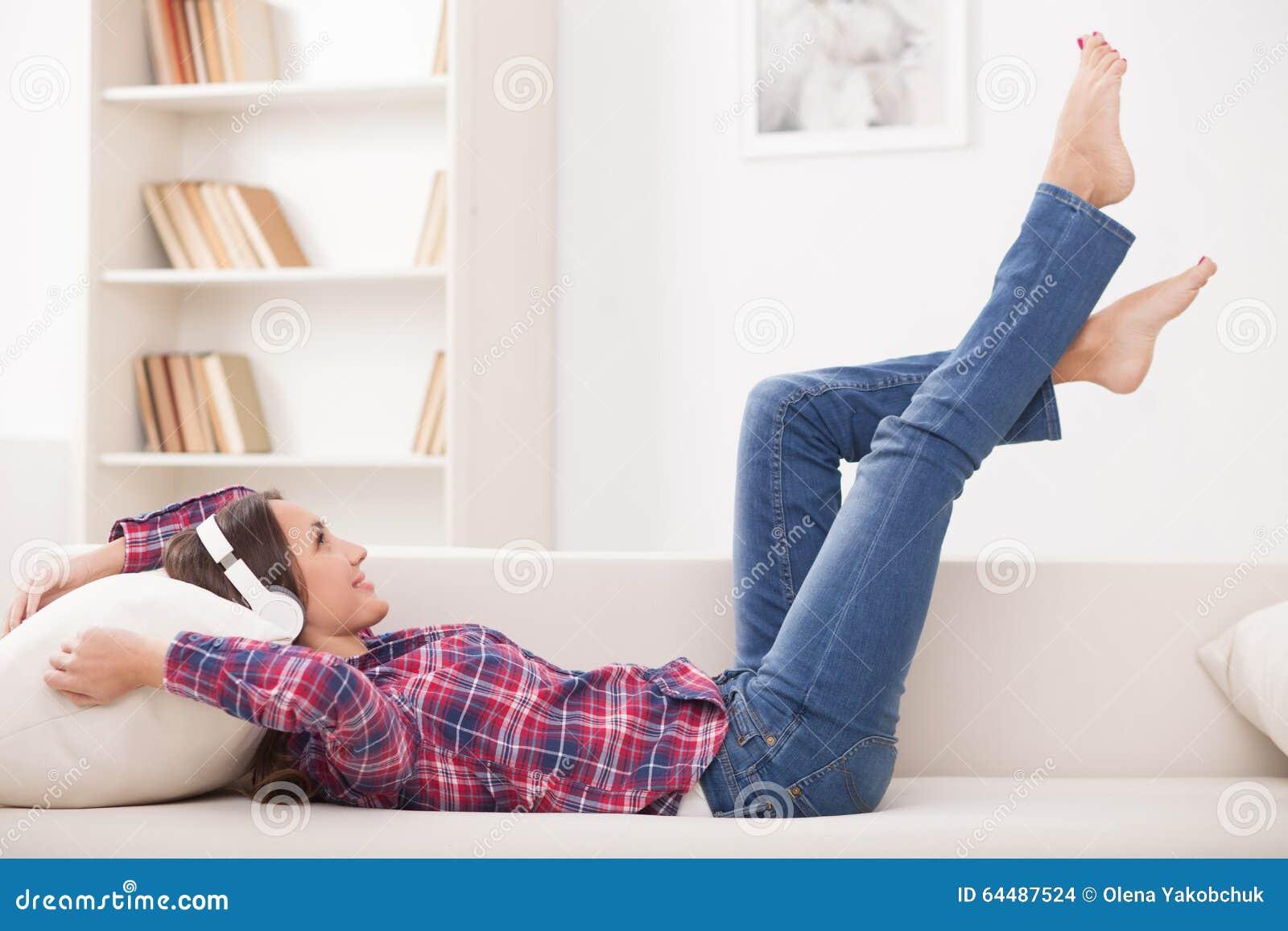 快乐的少妇在家休息图片