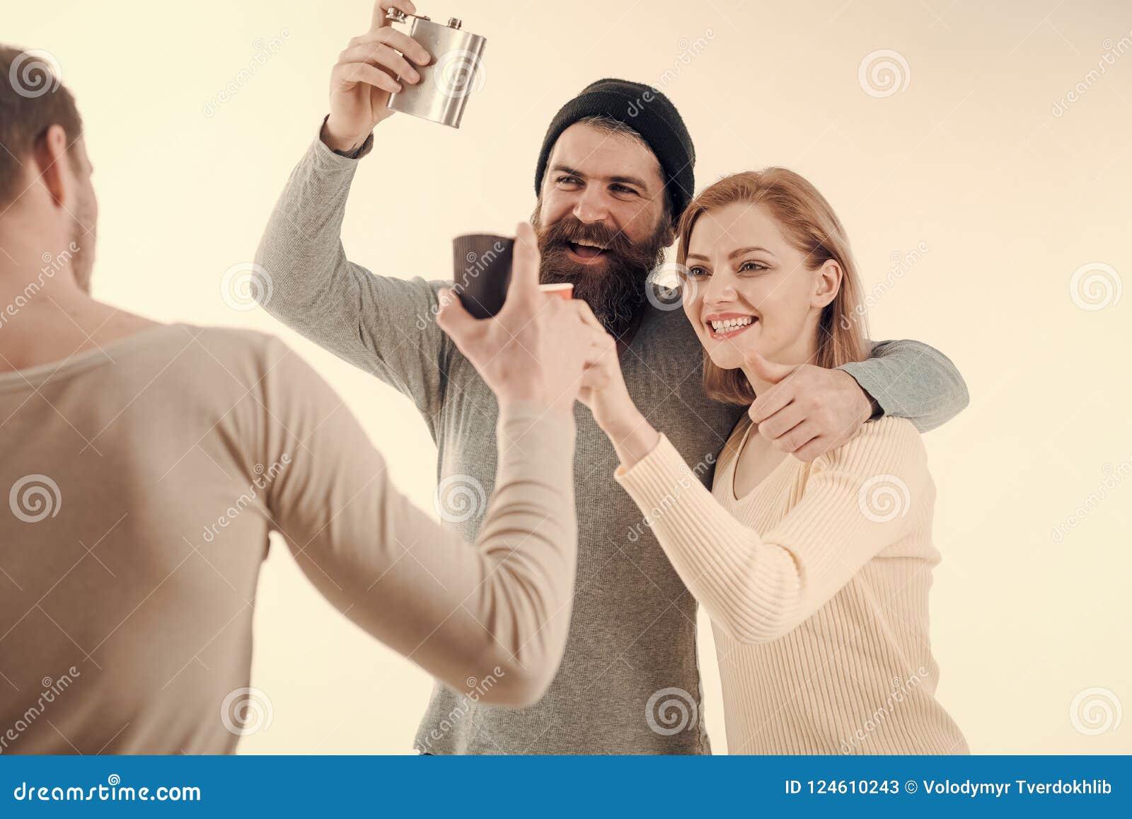 快乐的朋友公司花费与饮料的休闲 人拿着杯子,有酒精的烧瓶,讲话 人,微笑的妇女