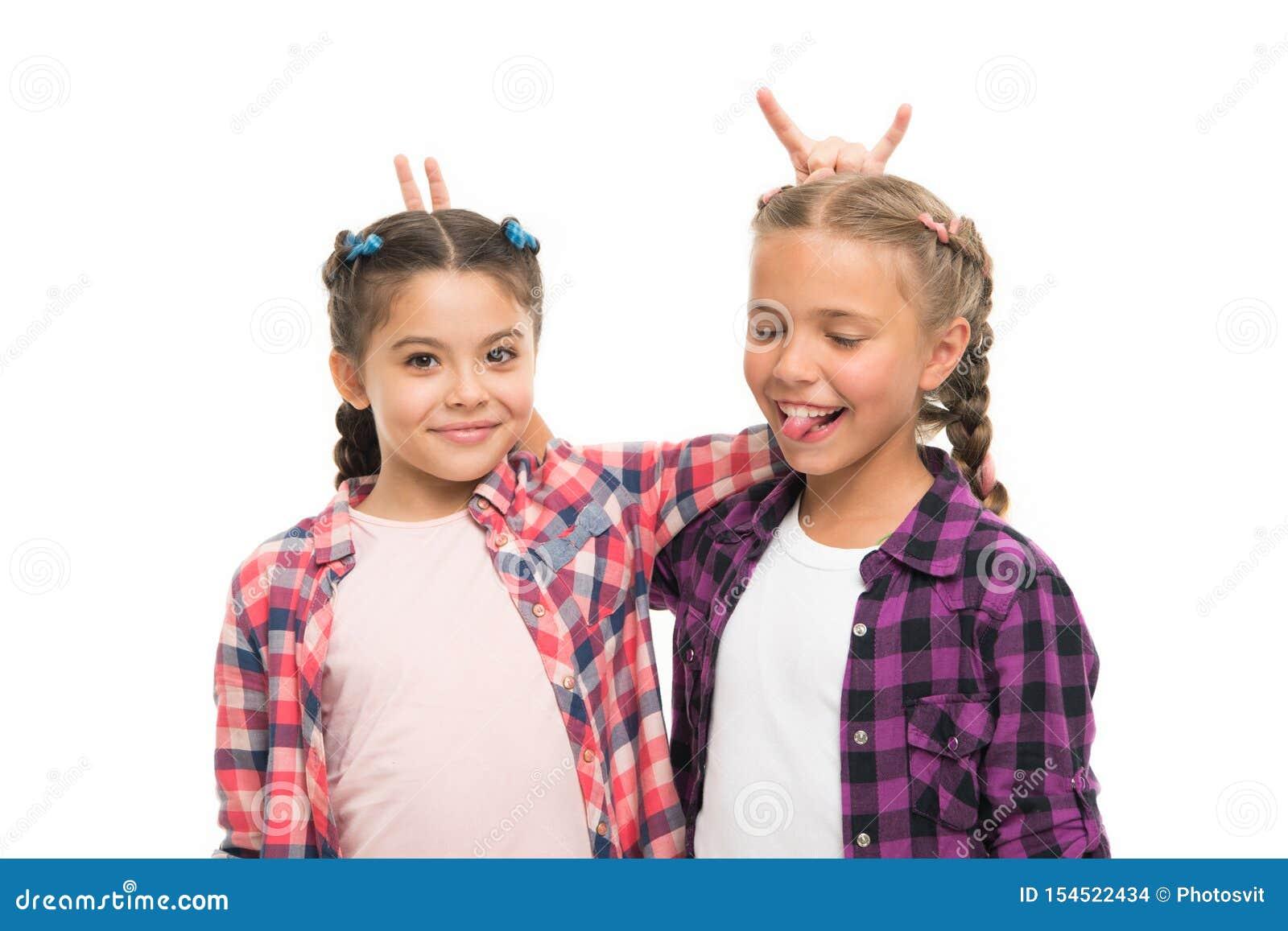快乐的朋友 E 保持头发编辫子 有长的结辨的头发的姐妹 美发师沙龙 r