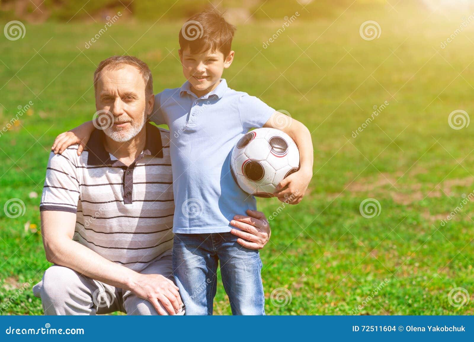 快乐的老踢橄榄球的人和他的孙