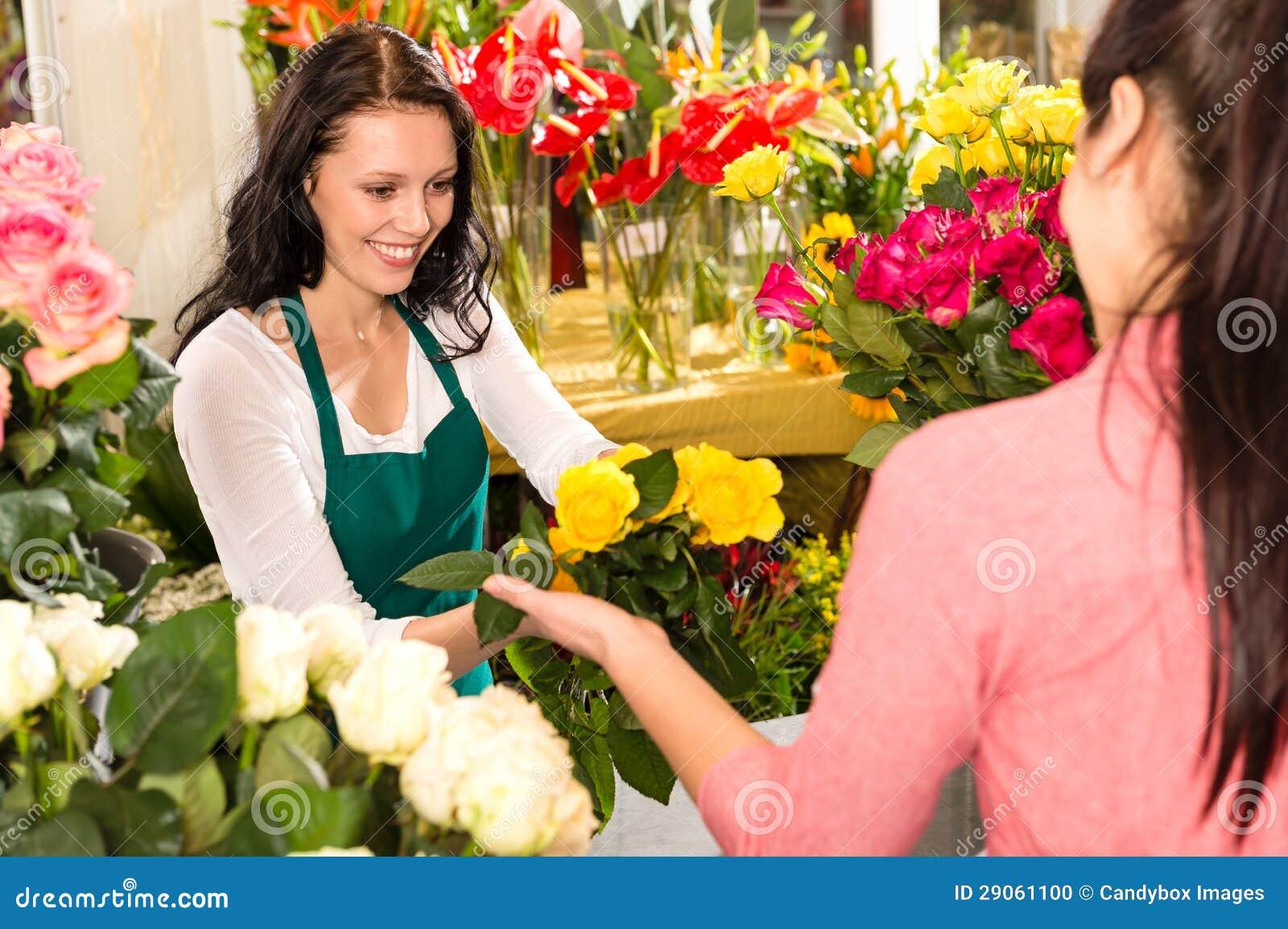 快乐的花店卖花人客户采购的黄色