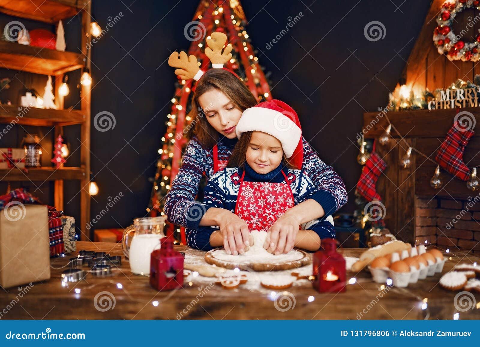 快活的圣诞节节日快乐 烹调圣诞节曲奇饼的母亲和女儿
