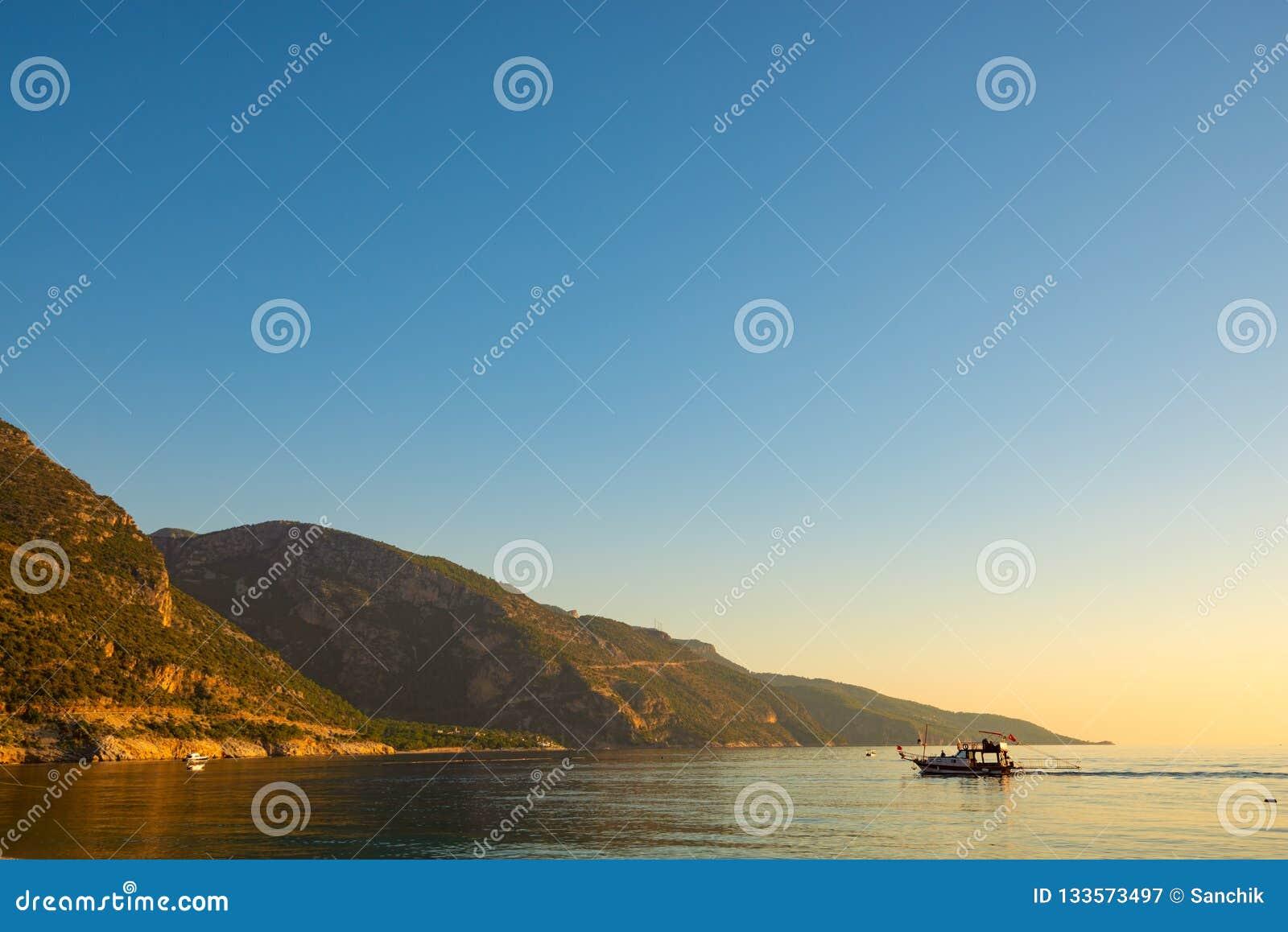 快速汽艇和风船在Mediterranea的绿松石水域中