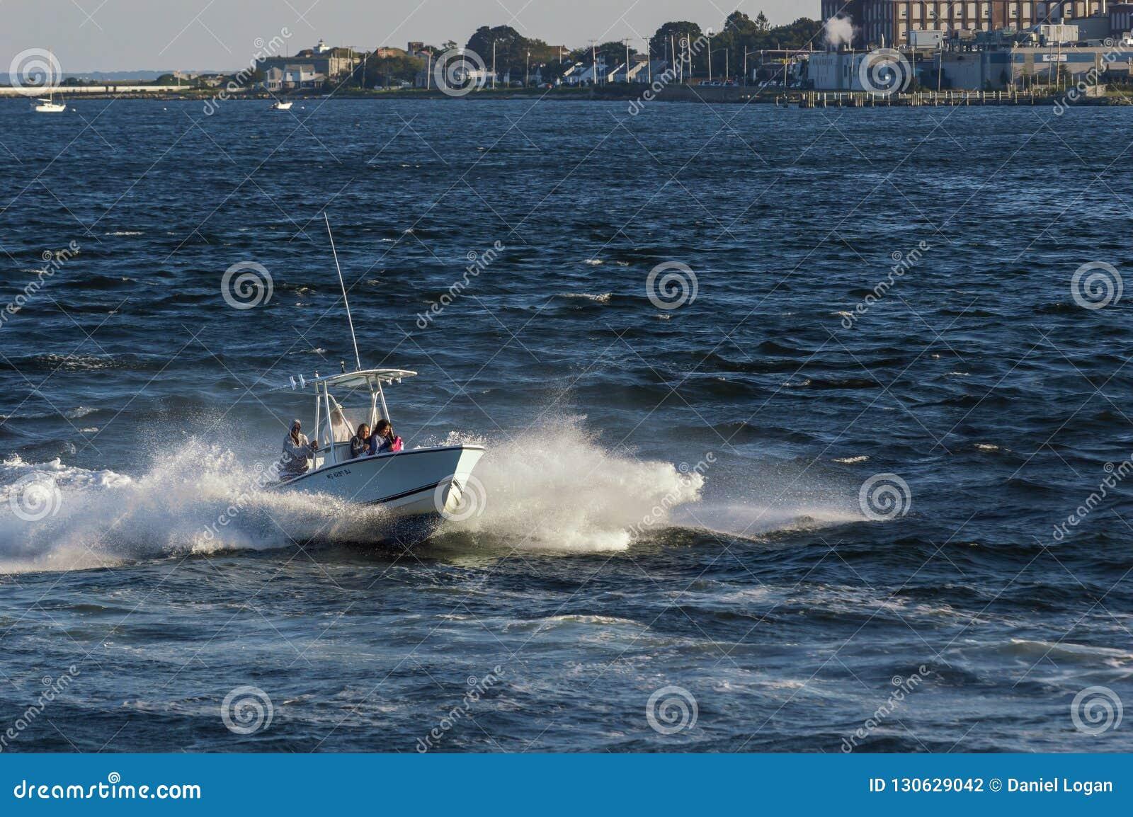 快速汽艇横穿风力驱动的剁的行驶颠簸