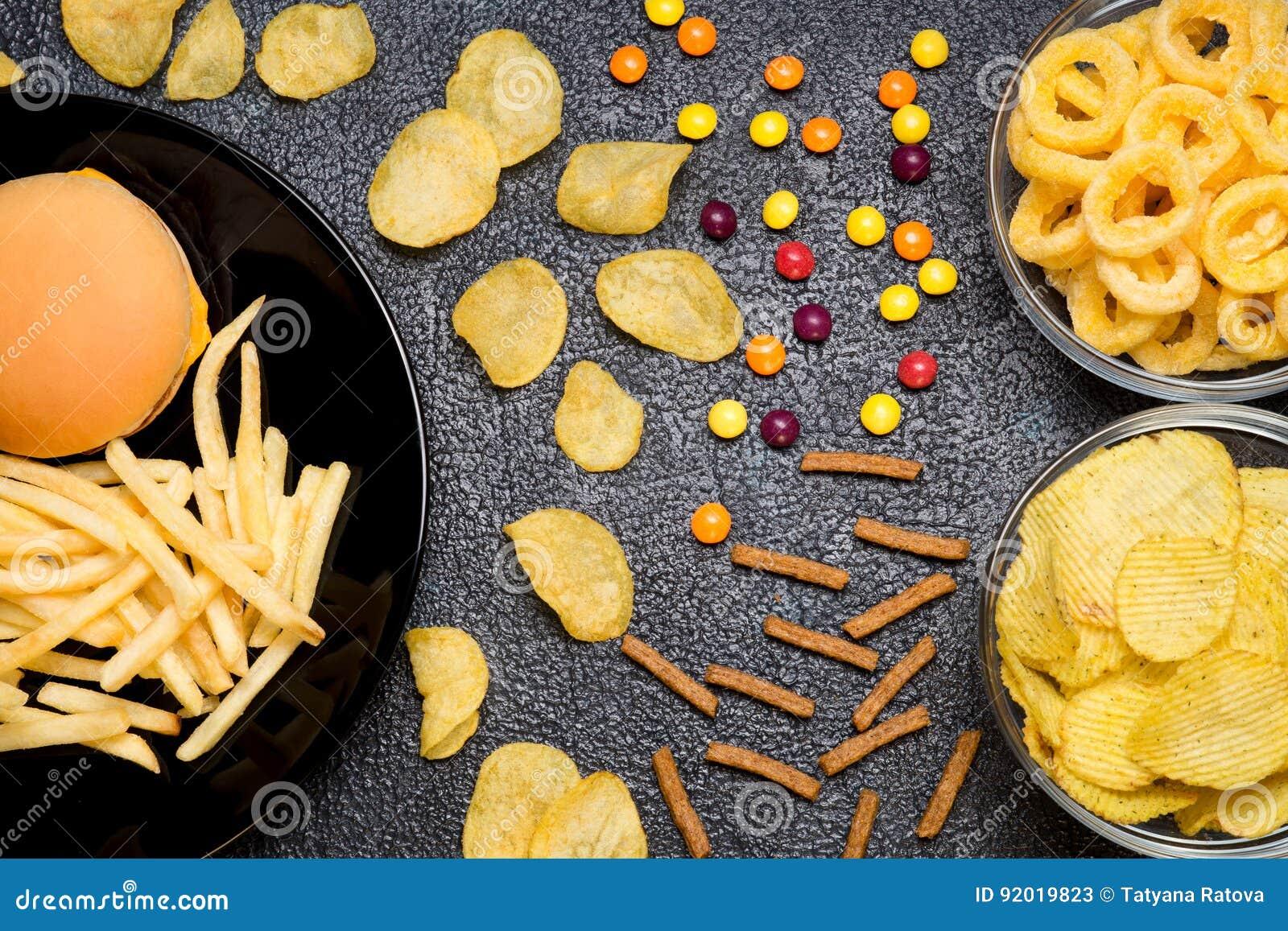 快餐:汉堡、炸薯条、芯片、圆环和加州顶视图