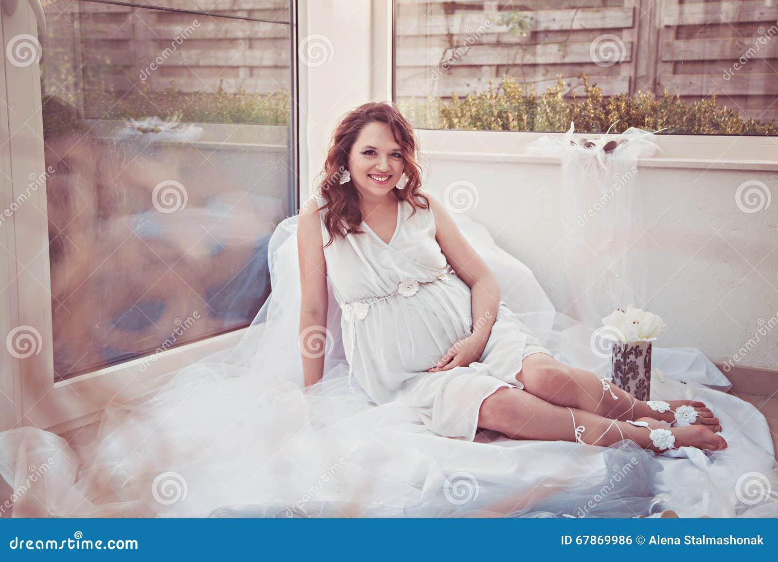 怀孕的微笑的妇女