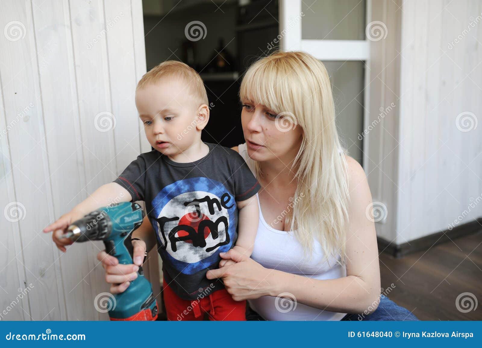 怀孕的母亲显示给小儿子为镇压的工具