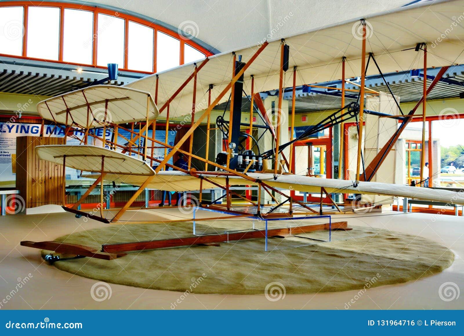 怀特兄弟的首先飞行了注视着同显示一样他们的纪念地点的飞机