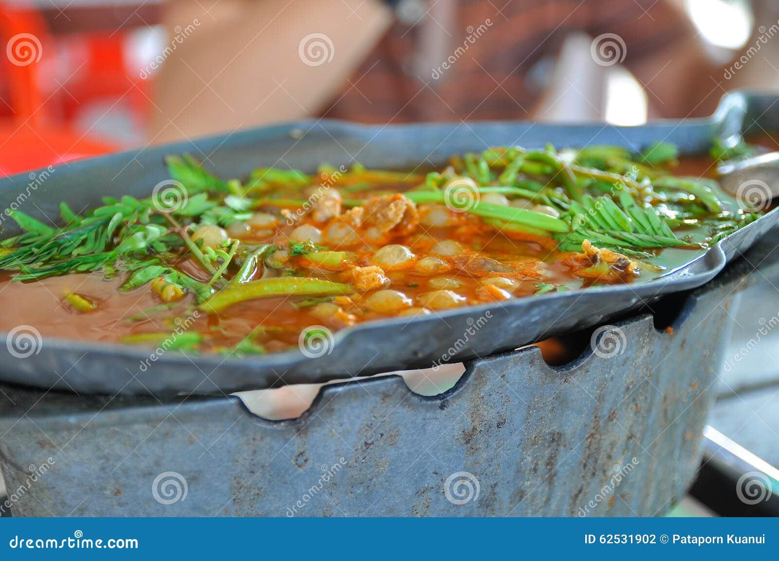 怂恿在酸,热和辣汤的鱼