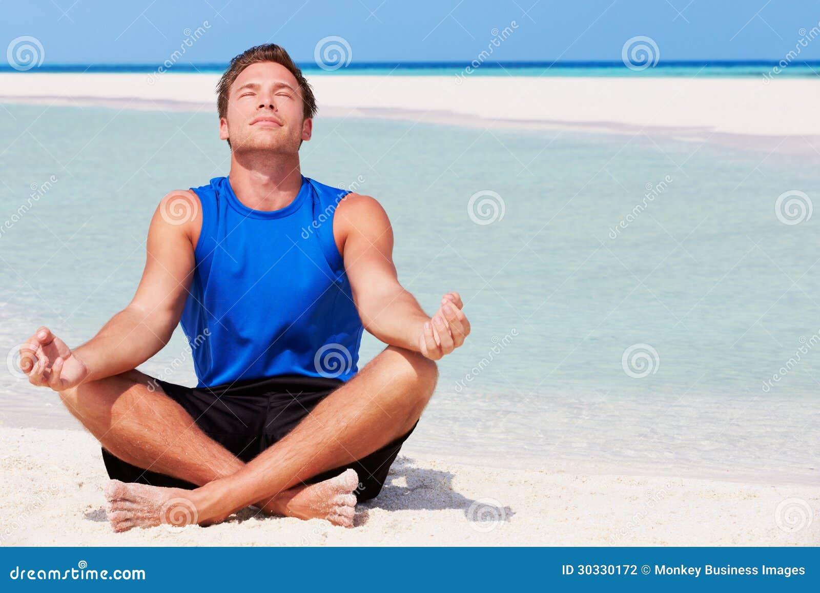 思考在美丽的海滩的人