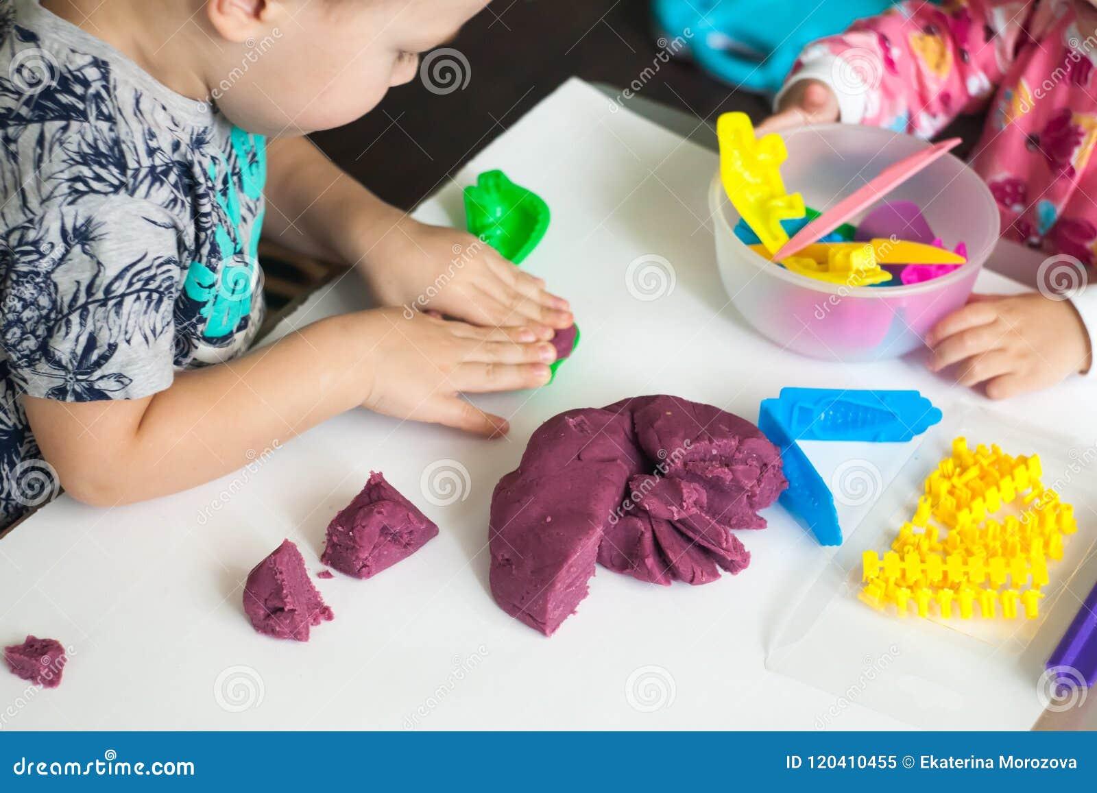 急切孩子的艺术疗法,治疗重音释放,五颜六色的面团与变化模子形状的戏剧,为提高想象力