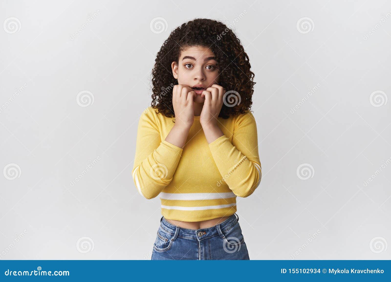 急切缺乏信心的担心的逗人喜爱的强烈的有吸引力的女朋友忧虑咬住的手指凝视看强烈的戏曲电视的照相机