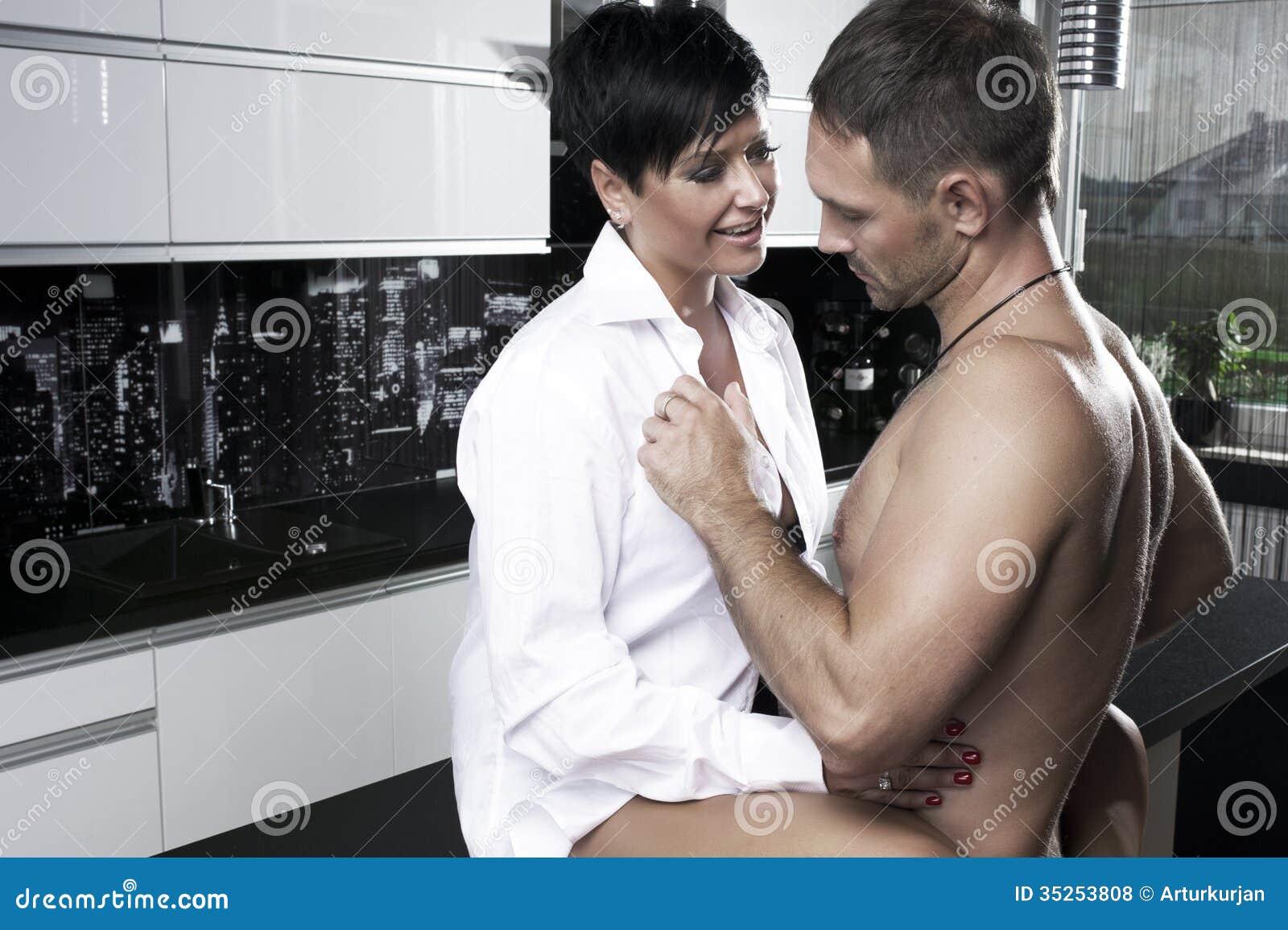 性感的夫妇在厨房里