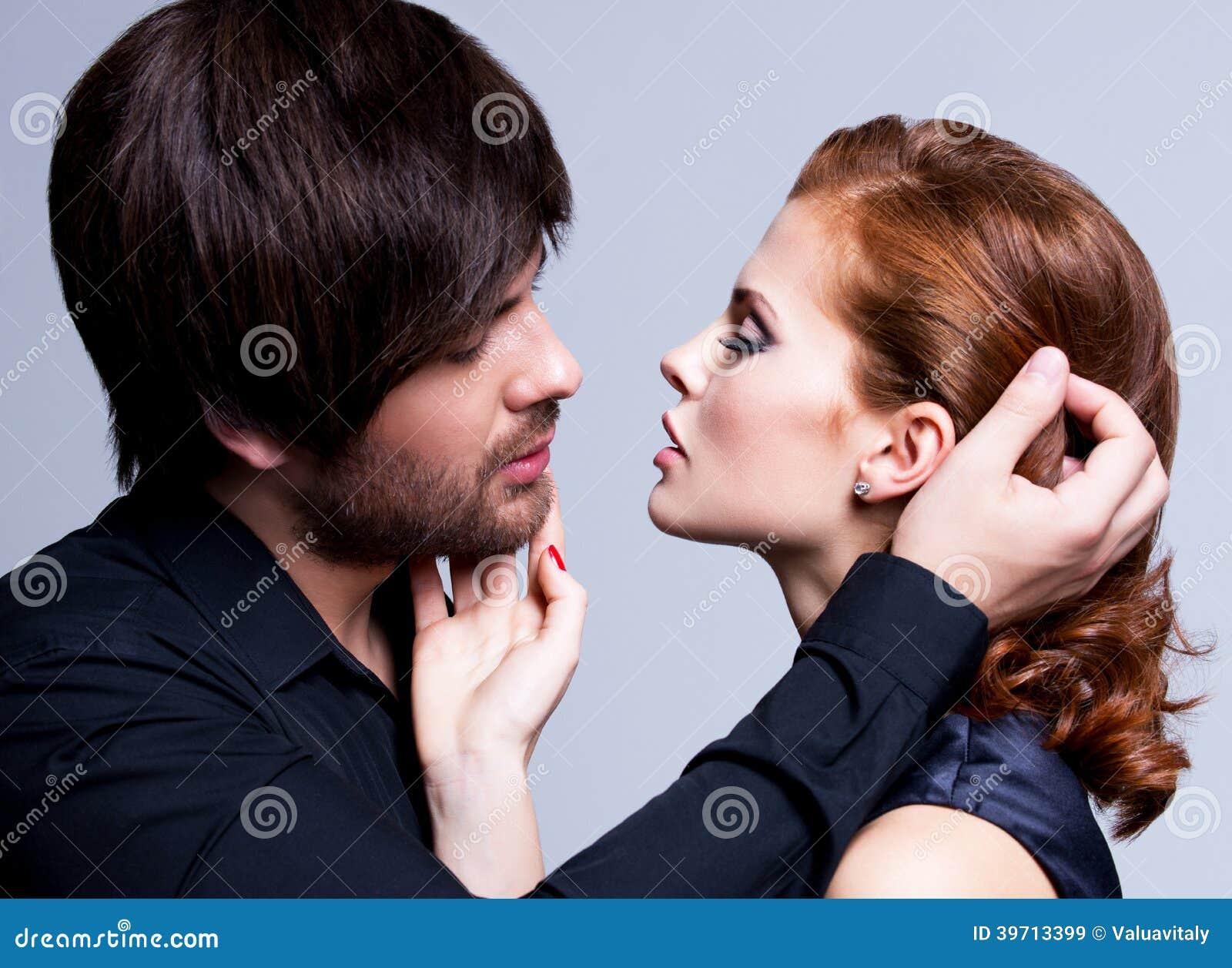 性感的夫妇特写镜头画象在爱的。