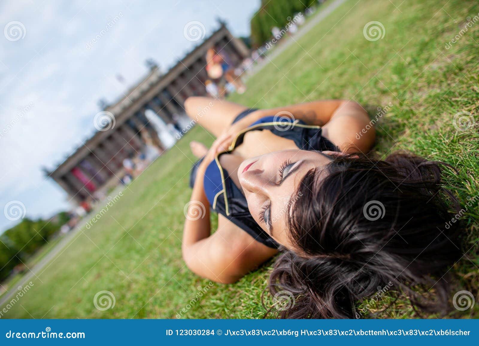 性感的女孩在gras说谎在Lustgarten