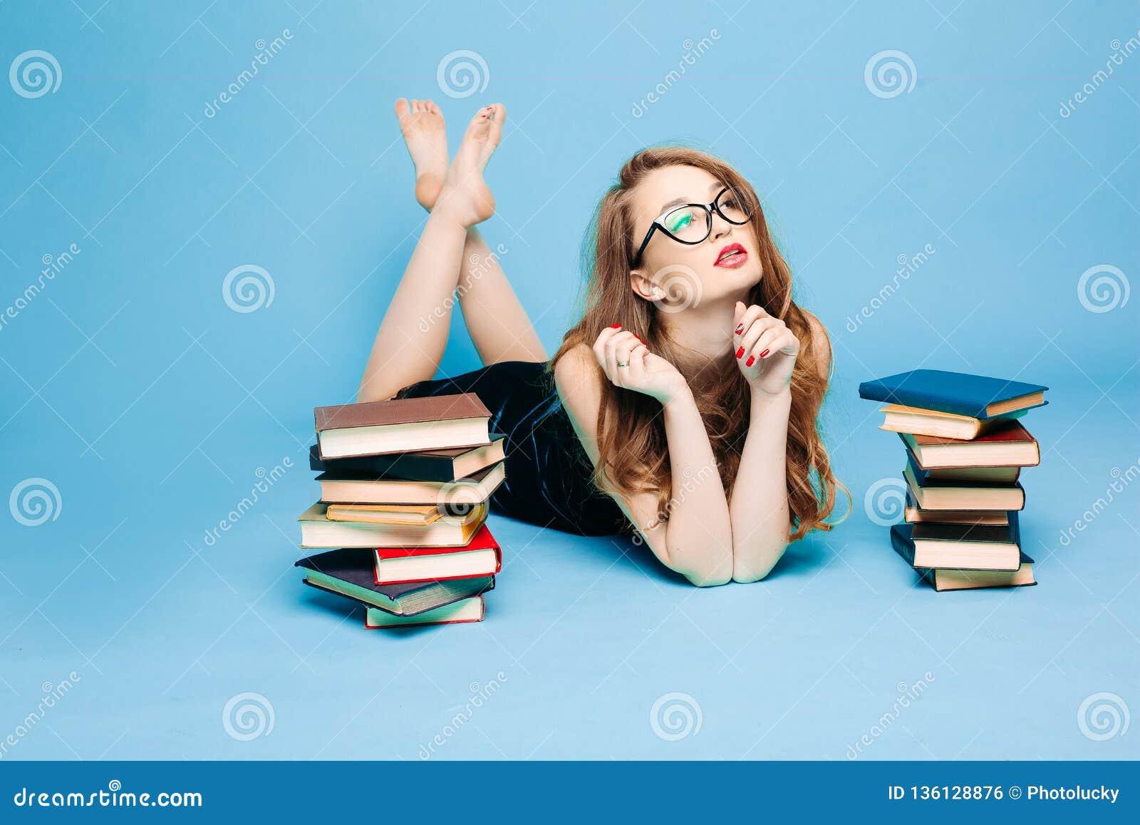 性感的女老师看书使打手势惊奇
