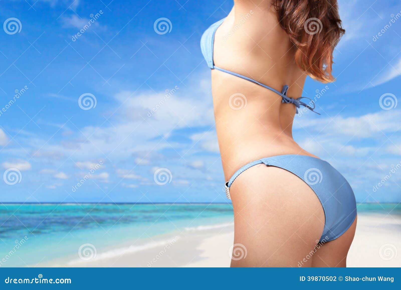 海滩丰满荡妇完整版_性感的比基尼泳装的在海滩,后面看法美丽的少妇.