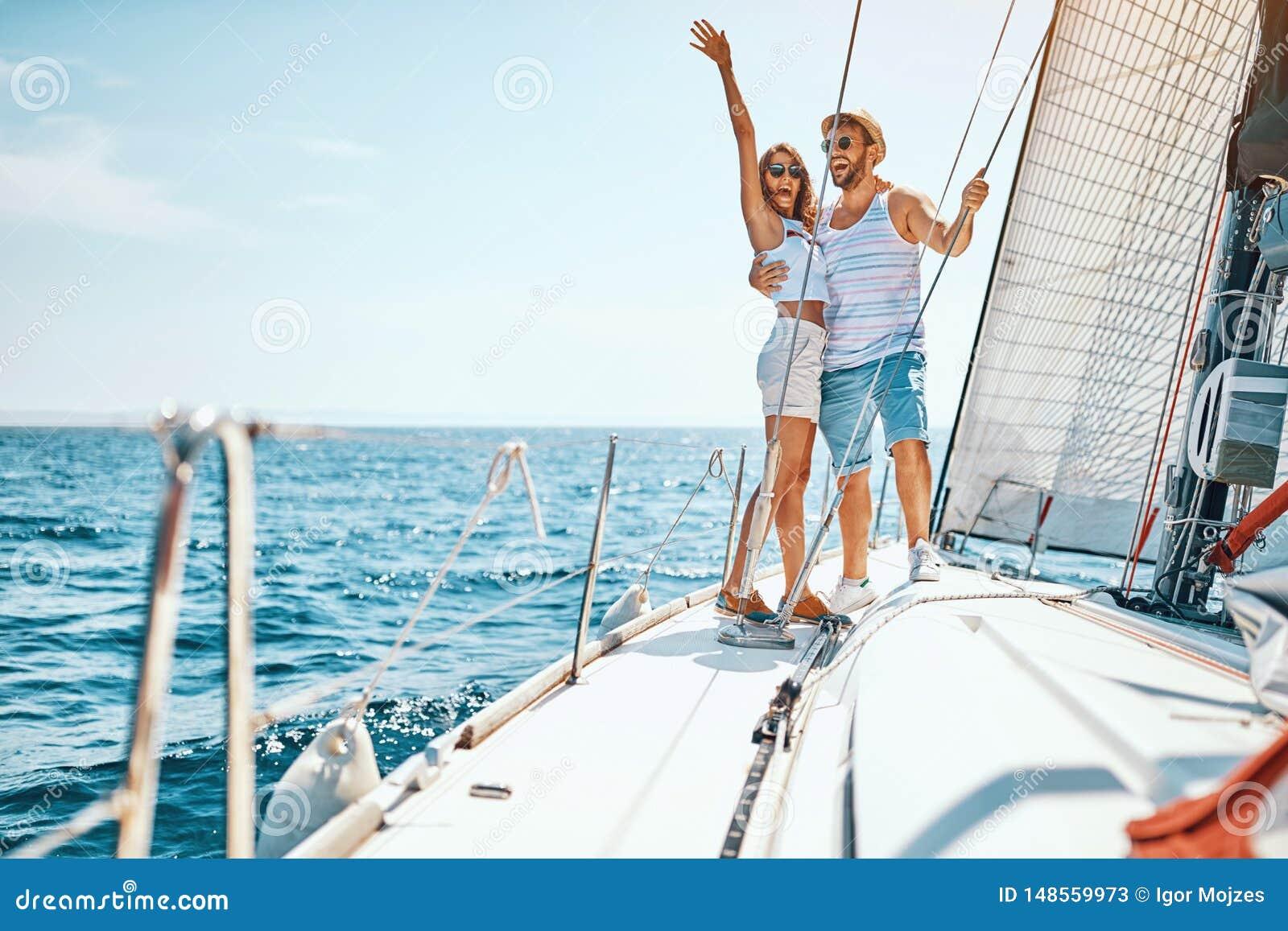 性感的男人和妇女豪华小船的