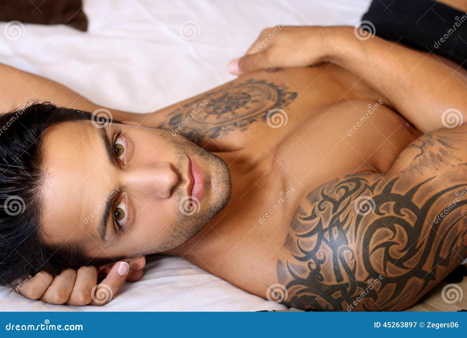 性感的男性在床上