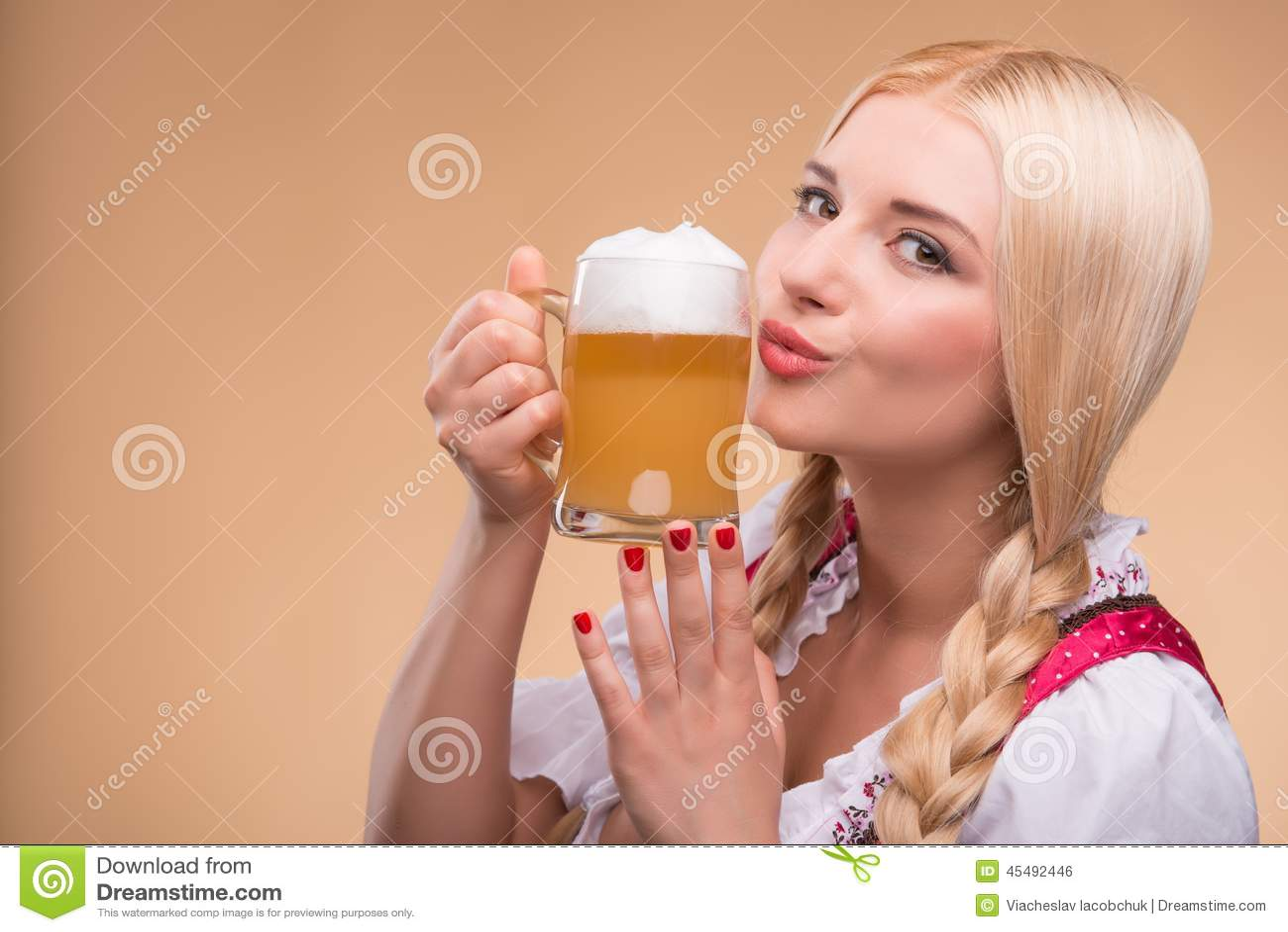 年轻性感的白肤金发的佩带的少女装