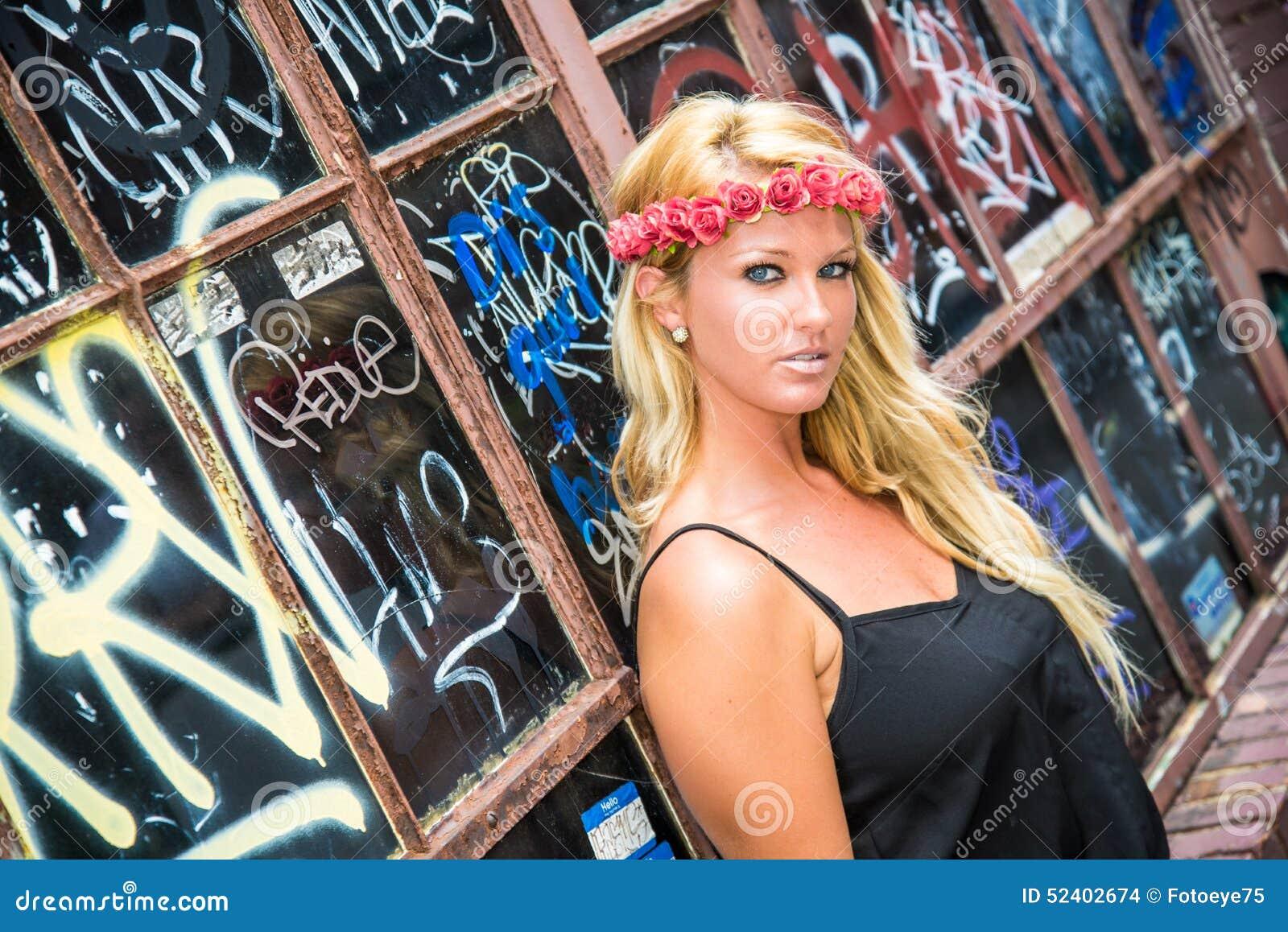 性感的白肤金发的女孩以偶然时尚