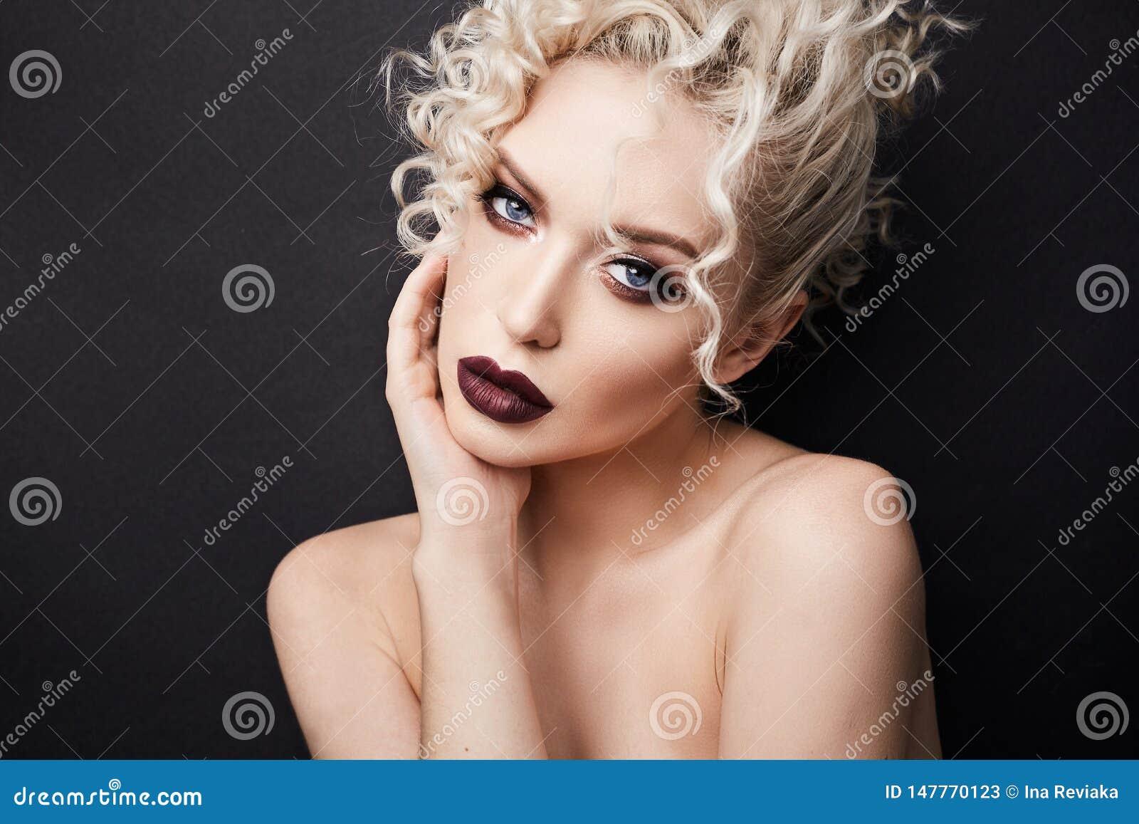 性感的赤裸年轻女人有深红充分的嘴唇的和有美丽的蓝眼睛的,与白肤金发的卷发和专家