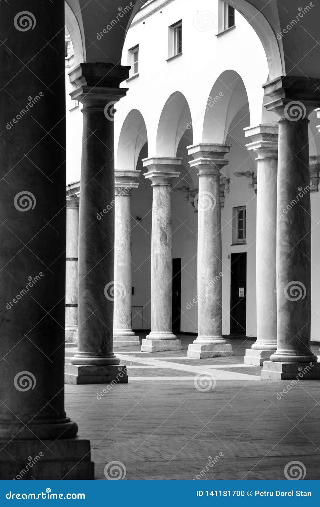 总督宫的外在庭院的柱廊在热那亚,意大利意大利