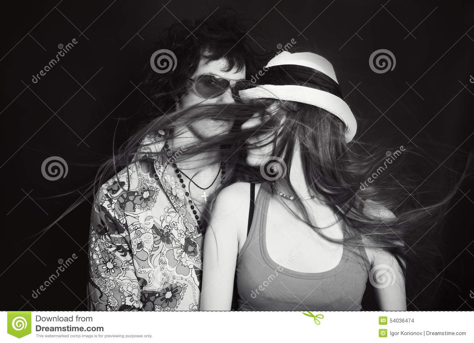 年轻恋人、男人和妇女双重演播室画象