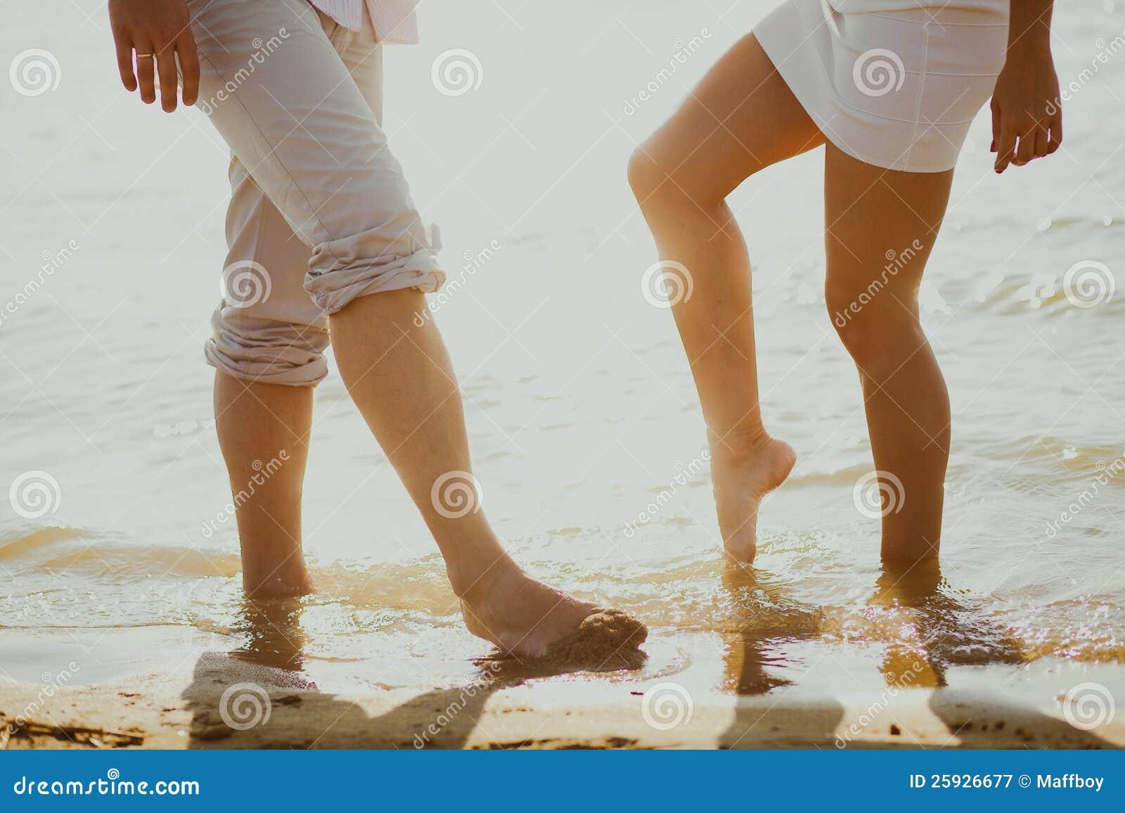 Download 恋人在海运耦合 库存图片. 图片 包括有 节假日, 性感, 休闲, 女性, 恋人, 部分, 沙子, 记住 - 25926677