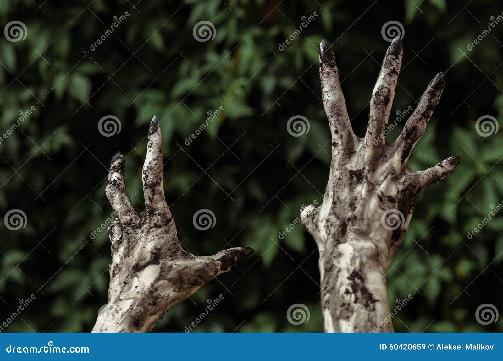 恐怖和万圣夜题材:可怕的蛇神手肮脏与黑钉子为绿色叶子,走的死的启示到达,最初