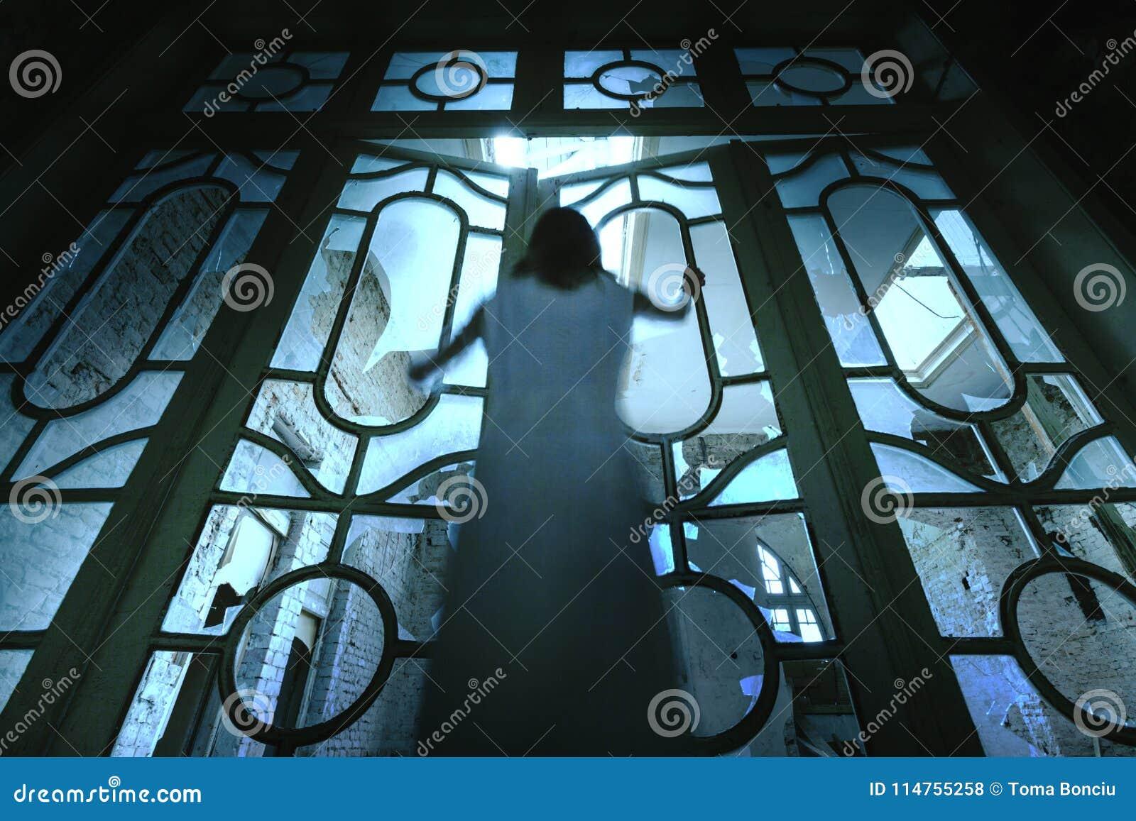 恐怖被放弃的大厦的鬼魂女孩